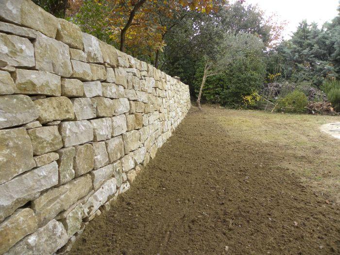 Mur en pierre sèche ( décembre 2013 - Vaucluse )