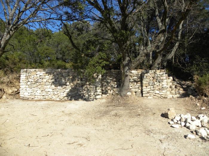Mur en pierre sèche terminée