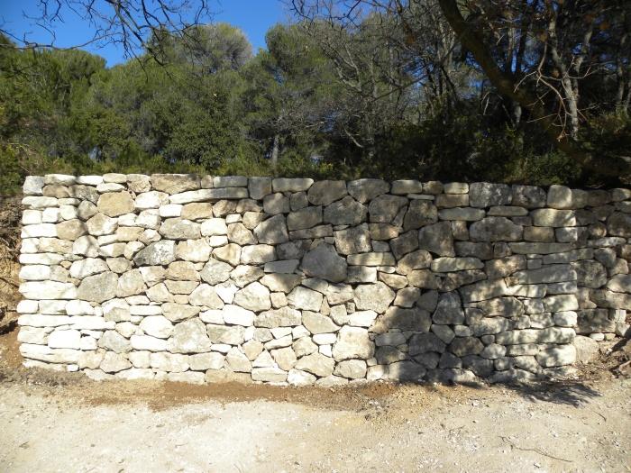 Mur en pierre sèche construit en opus incertum